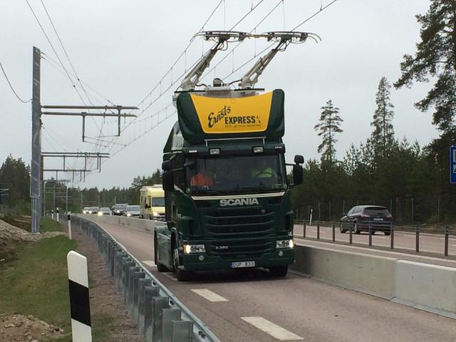 У Швеції над трасою провели електромережу